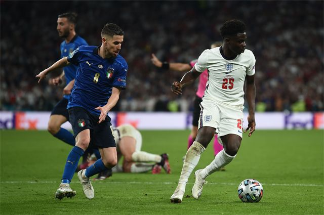 Игрок английской сборной Букайо Сака (справа) во время финального матча между командами Англии и Италии.