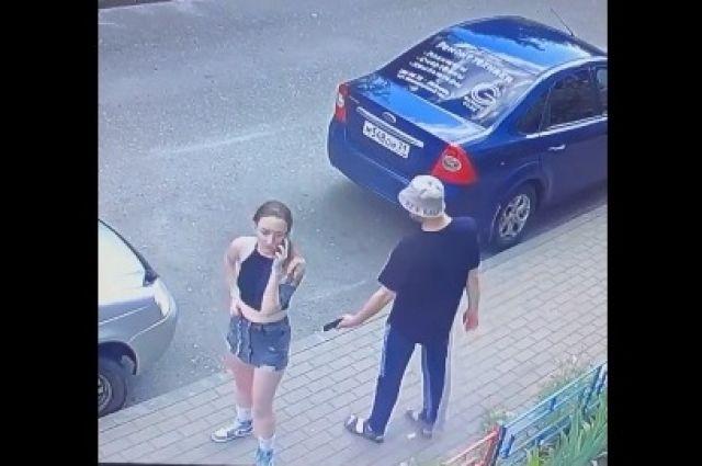 Любителя пофотографировать девушек под юбкой заметили в Воронеже в начале июля.
