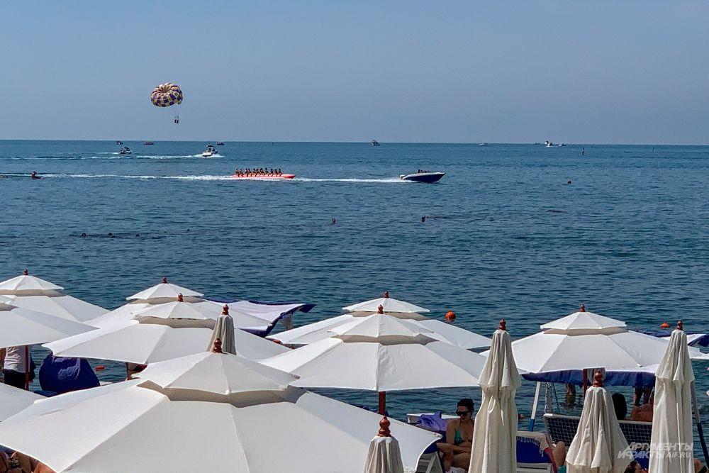 Среди пляжных развлечений есть также водные велосипеды, катание на бананах, катерах, яхтах и пр.