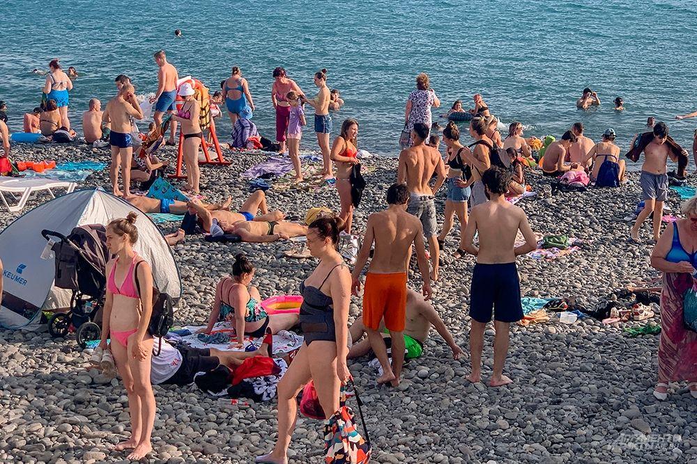В пик сезона пляжи многолюдны и найти место можно только с утра.
