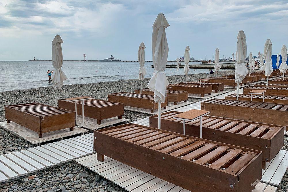 Все пляжи оборудованы новыми современными лежаками, а также деревянным настилом, по которому удобно пройти от набережной к морю.