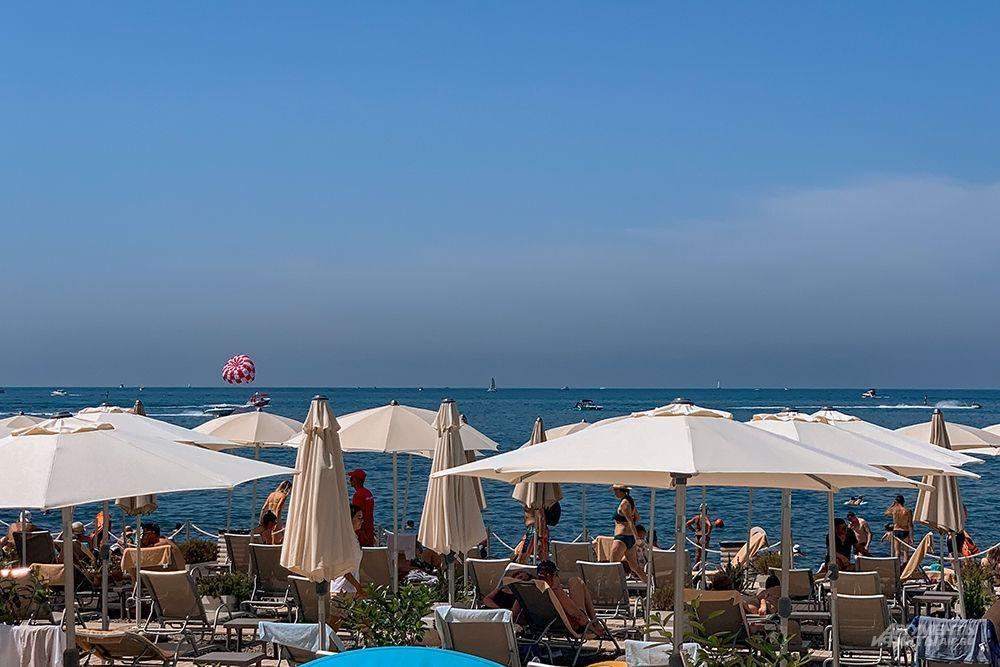 Пляжи Центральной набережной предлагают посетителям все удобства для комфортного отдыха - раздевалки, душ, туалеты, прокат шезлонгов и зонтиков.