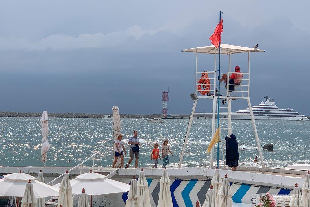 Спасатели на пляже помогают чувствовать себя в безопасности на воде и на суше.