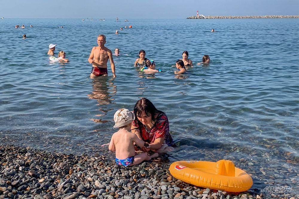 Пляжи на Центральной набережной имеют пологий вход в море, что оптимально для отдыха с детьми.
