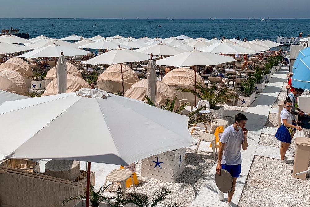 На всех пляжах имеются лежаки и навесы от солнца.