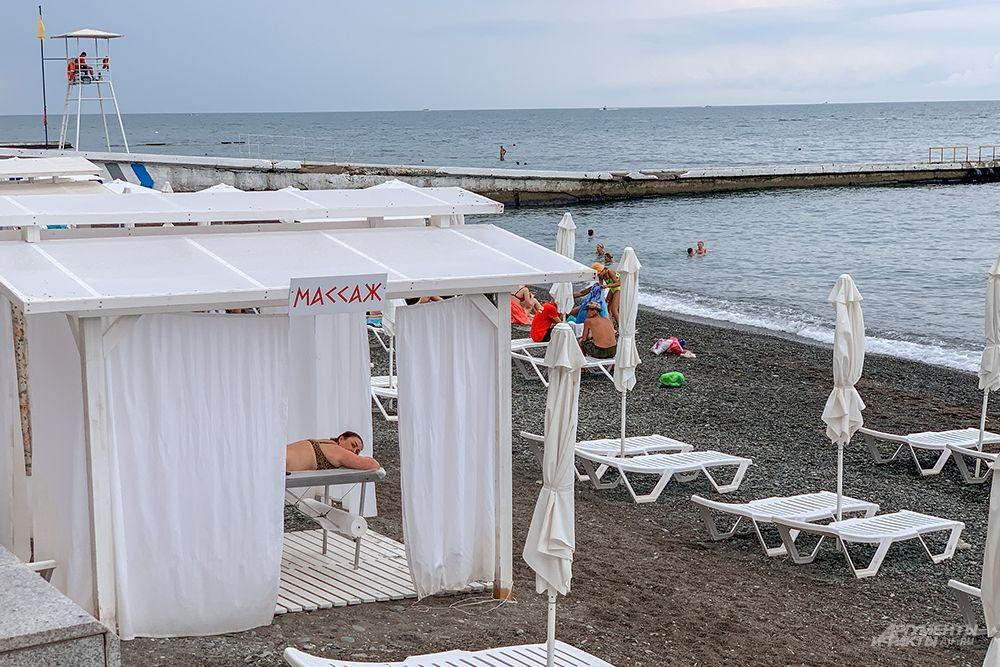 Желающие могут сделать массаж не покидая пляжа.