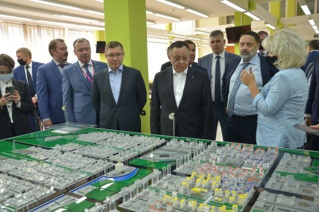 Министру строительства и ЖКХ продемонстрировали масштабный макет развития 8-го района Екатернинбурга.
