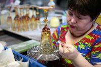 В цехе алмазной обработки хрусталя на Гусевском хрустальном заводе.