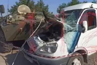 У столкнувшейся с бронетранспортёром маршрутки смяты бока и капот, разбито лобовое стекло.