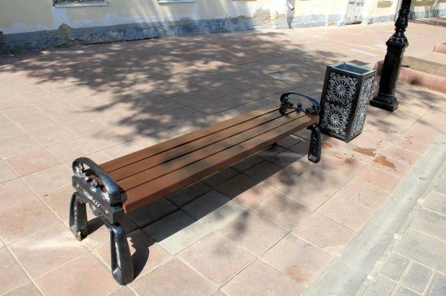 В Оренбурге на улице Советской зачем-то меняют вполне приличные старые урны и скамейки.
