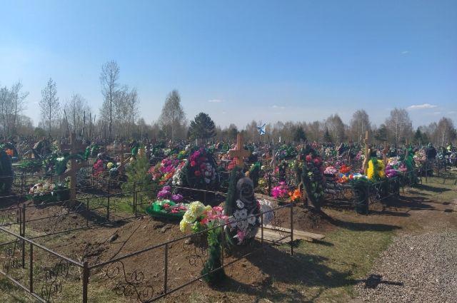 Они осквернили несколько могил в марте 2021 года.