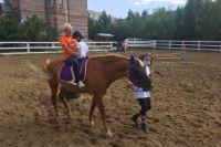 Более 400 тысяч рублей выделил Металлоинвест на развитие направления адаптивной верховой езды в конно-спортивном клубе «Ника».