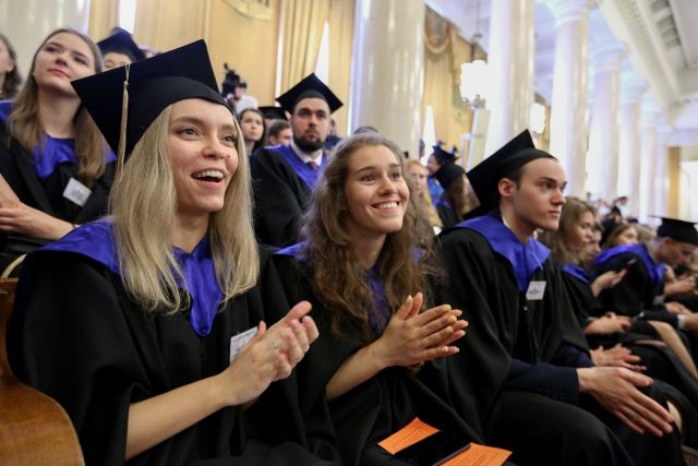 Выпускники Московского государственного университета им. М.Ломоносова во время церемонии вручения красных дипломов.