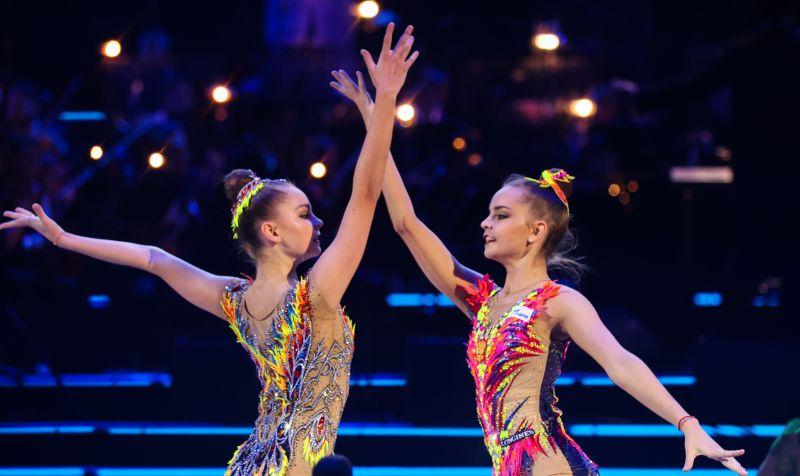 Гимнастки Арина и Дина Аверины (слева направо)