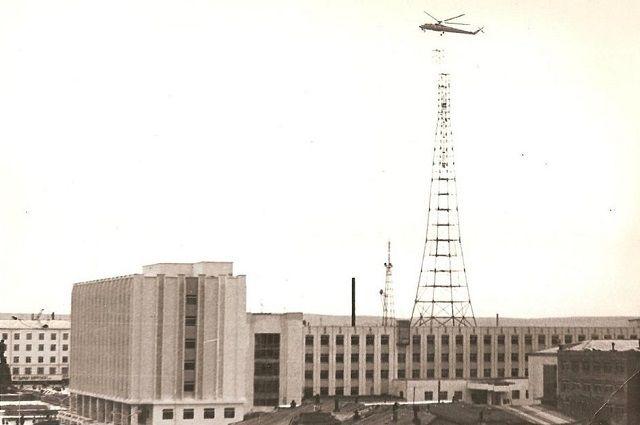 За уникальной операцией по монтажу телевышки в разгар лета наблюдал весь город.