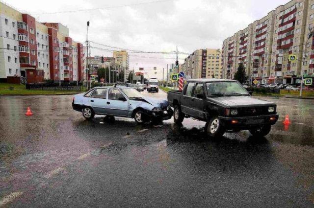 Мужчина, поворачивая налево на улицу Югорская, не уступил движение легковушке