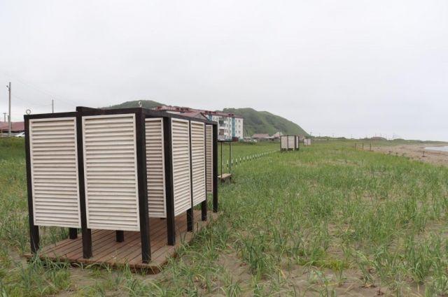 Для посетителей организована небольшая парковка, работает кафе, обустроены раздевалки, установлены контейнеры для сбора мусора.