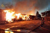 Пожар на большом складе с древесиной в Харькове