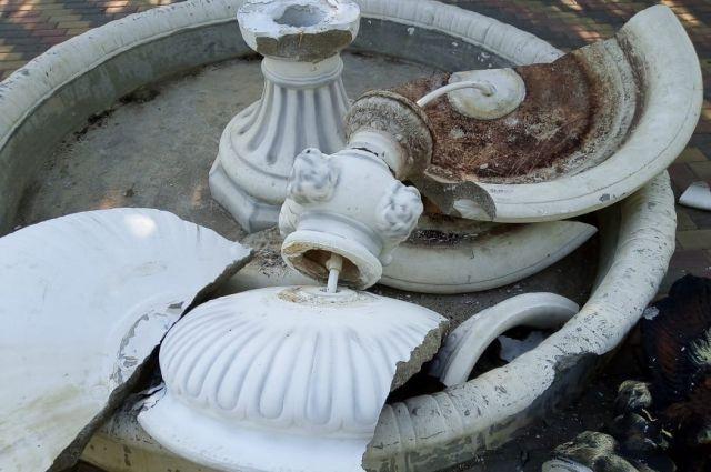 В Соль-Илецке несовершеннолетний вандал сломал фонтан с орлом в парке им. Ленина.