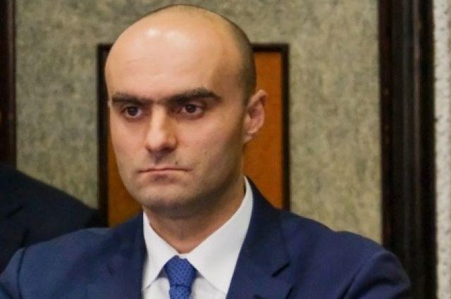 На фото Казбек Хадиков, который избавляется в своей должности от тире