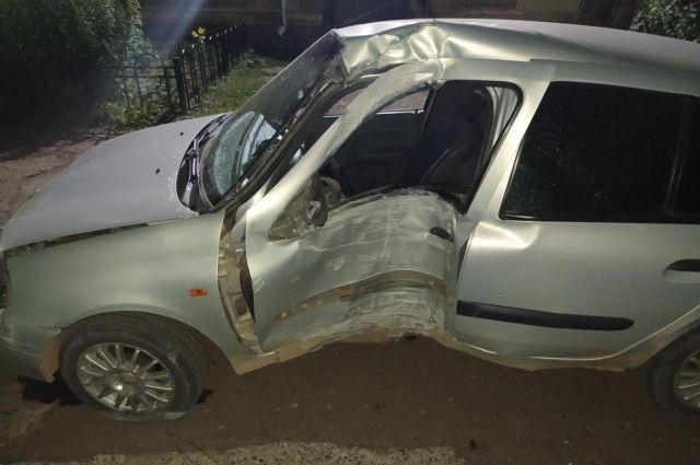 Пострадали двое: пьяный водитель врезался в световую опору в Удмуртии