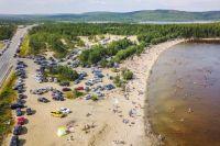 Песчаный пляж на реке Уре – излюбленное место отдыха северян.