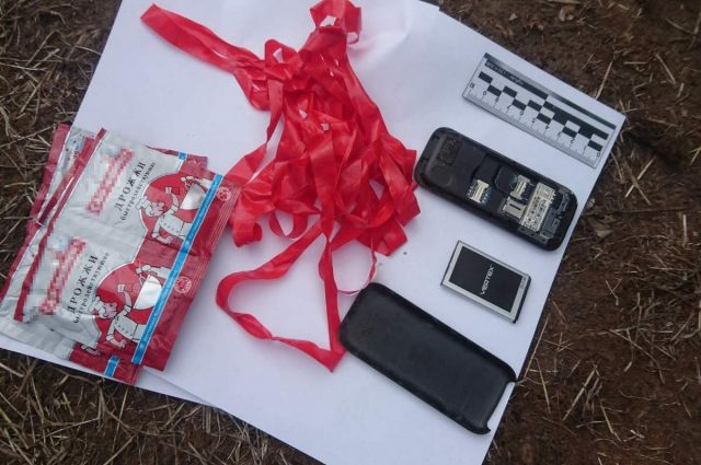 В свертке, обмотанном красной изолентой, оказался мобильный телефон и шесть упаковок дрожжей.