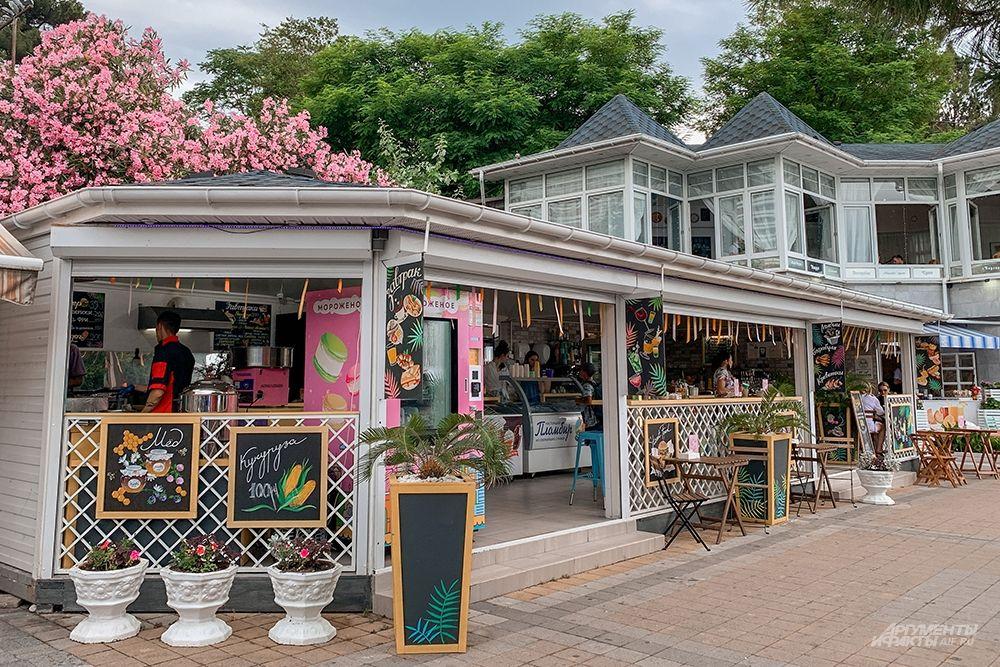 На Центральной набережной есть множество кафе и ресторанов.