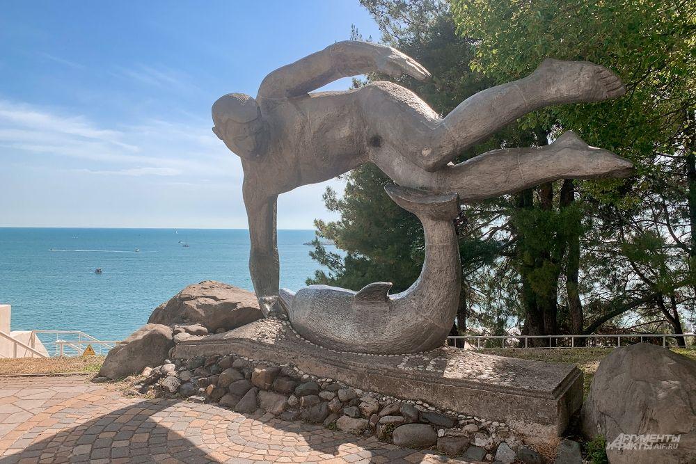 Скульптура «Дельфин и пловец».