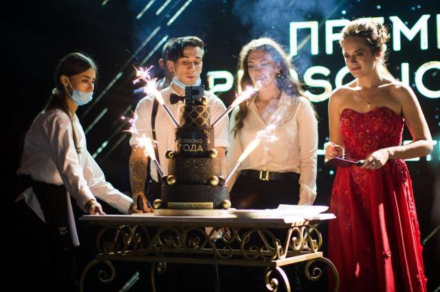 Великолепным заключительным аккордом вечера стало разрезание шикарного праздничного торта.