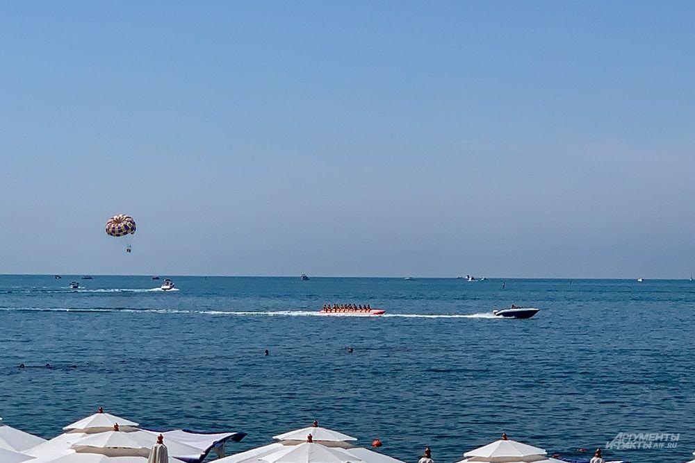 Среди развлечений есть также водные велосипеды, катание на бананах, катерах, яхтах и пр.