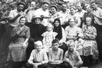 Несколько поколений семьи Натальи Тованчевой. Сама она ещё совсем маленькая. В центре.