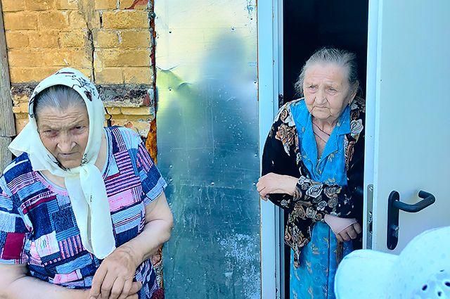 Две женщины, проработав всю жизнь на железной дороги, на пенсии остались жить на вокзале.