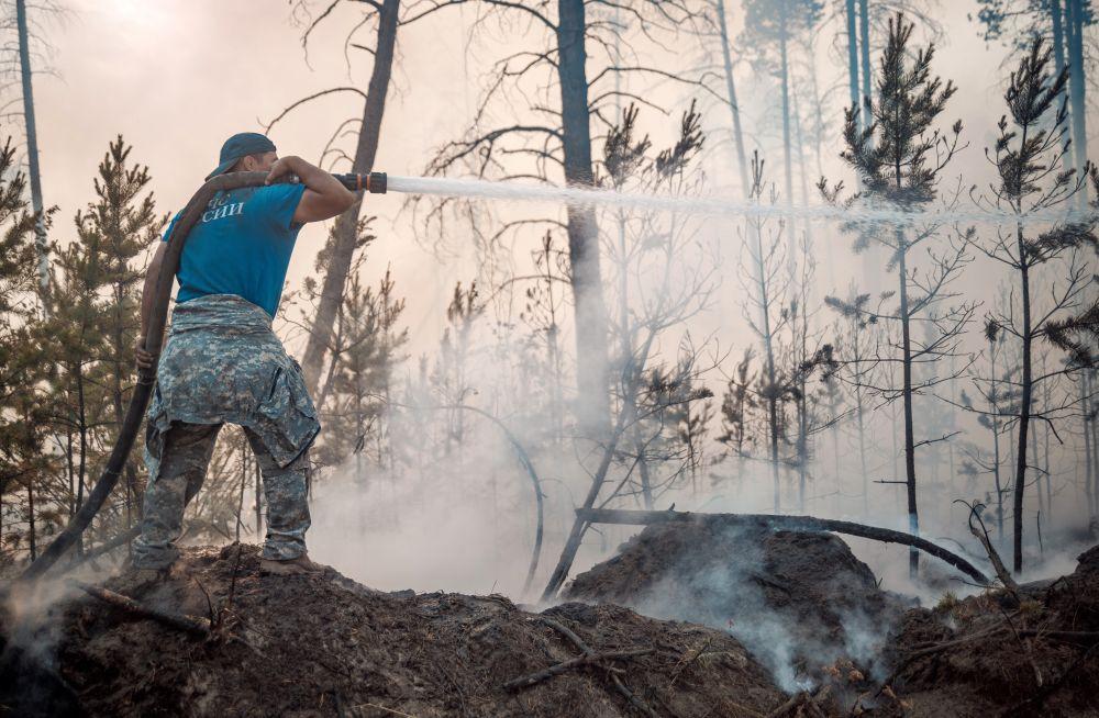 Сотрудник МЧС РФ во время тушения лесных пожаров в Якутии