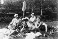 Петрозаводчане проводят выходной на поляне перед Чертовым Стулом. 1920-е годы.