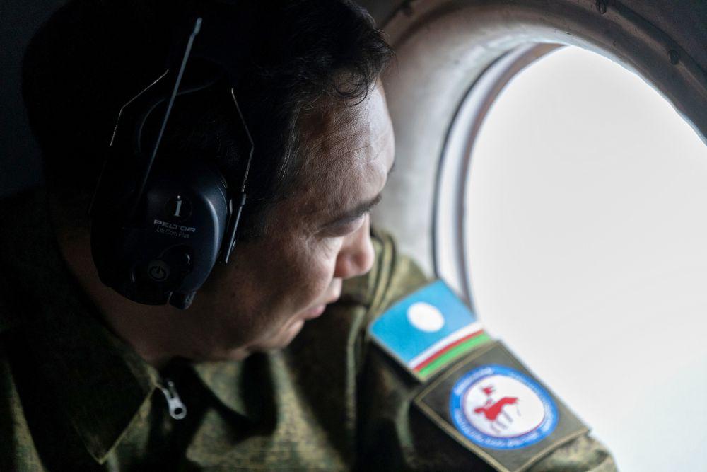 Глава Республики Саха (Якутия) Айсен Николаев во время облета территорий лесных пожаров в Якутии