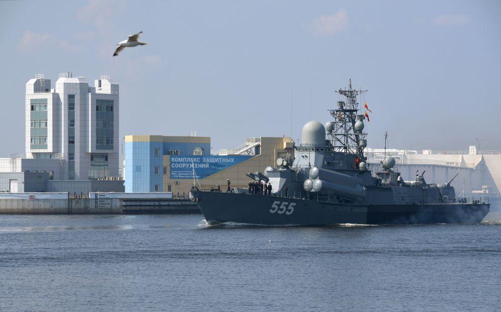 Малый ракетный корабль «Гейзер» во время подготовки к параду, посвященному Дню Военно-морского флота РФ, в Кронштадте