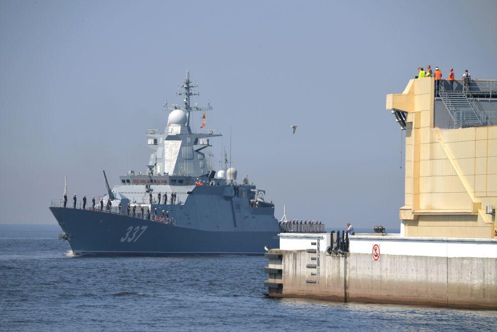 Большой противолодочный корабль «Вице-адмирал Кулаков» во время подготовки к параду, посвященному Дню Военно-морского флота РФ, в Кронштадте
