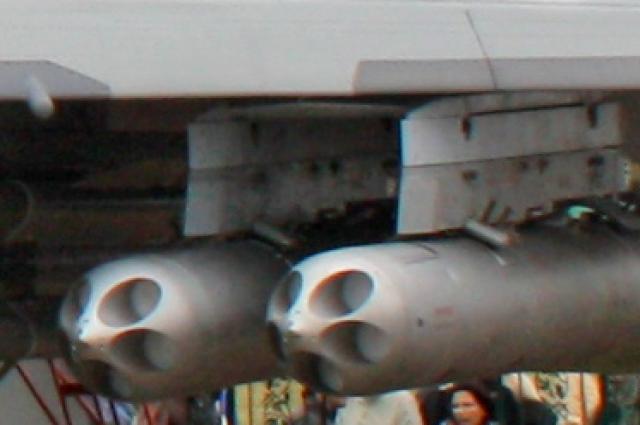 Пара блоков Б-13Л с пятью НАР С-13 в каждом на подкрыльевых пилонах Су-30МК.