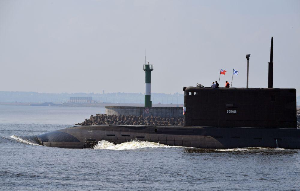 Дизель-электрическая подводная лодка «Волхов» во время подготовки к параду, посвященному Дню Военно-морского флота РФ, в Кронштадте