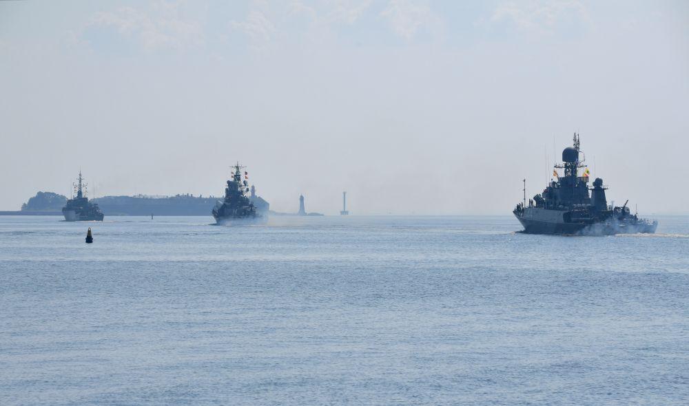 Корабли ВМФ РФ в кильватерном строю во время подготовки к параду, посвященному Дню Военно-морского флота РФ, в Кронштадте