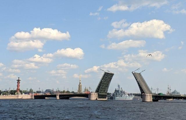 Для проведения пробной проходки были разведены пролеты Благовещенского и Дворцового мостов.