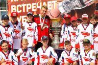 Главный хоккейный трофей вручается победителю серии плей-офф КХЛ России.