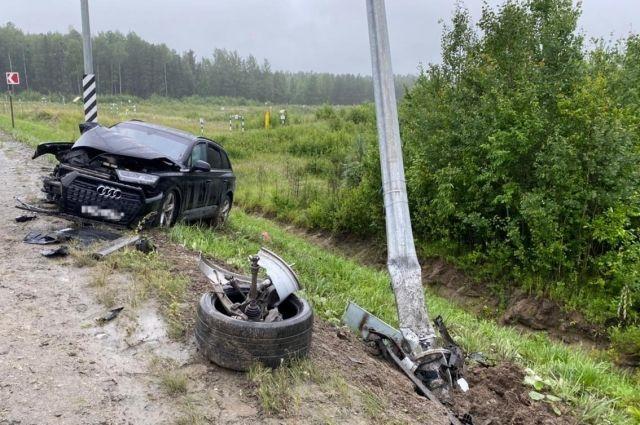 Водитель не справился с управлением и врезался в фонарный столб
