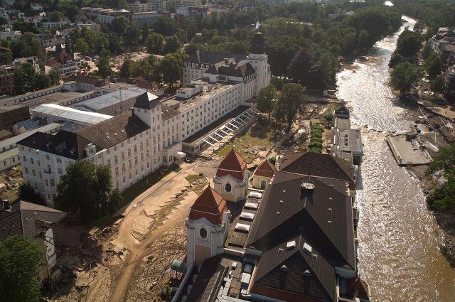 Наводнение в Германии, земля Рейнланд-Пфальц, Бад-Нойенар: вид на курортный комплекс и реку Ар. 18 июля 2021 года.