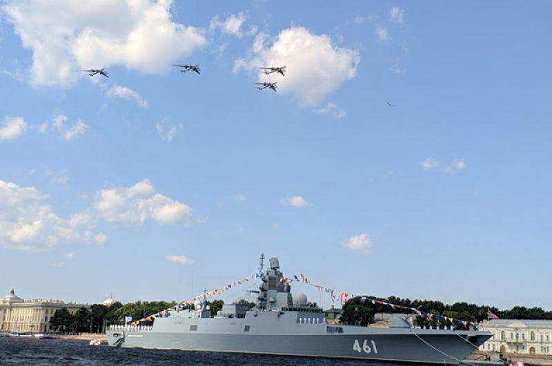 Над Северной столицей пролетели Су-27, звено Су-30, Миг-29 и другие представители военно-морской авиации.