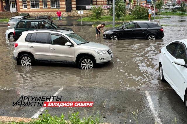 Из-за сильного ливня в Тюмени затопило улицу Гольцова