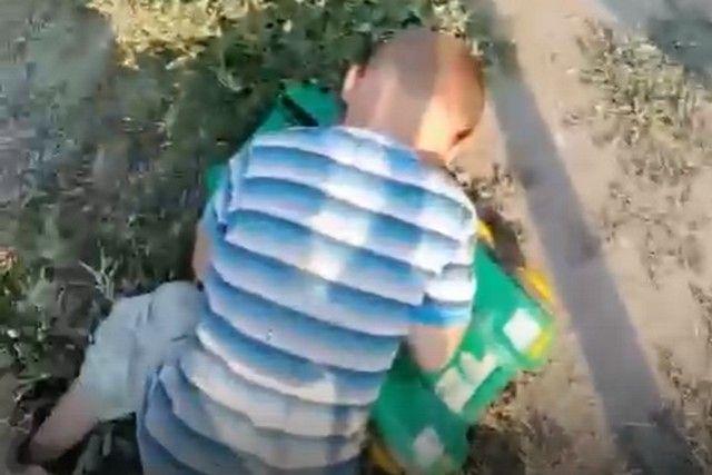 Ребенка нашли спящим около дороги.