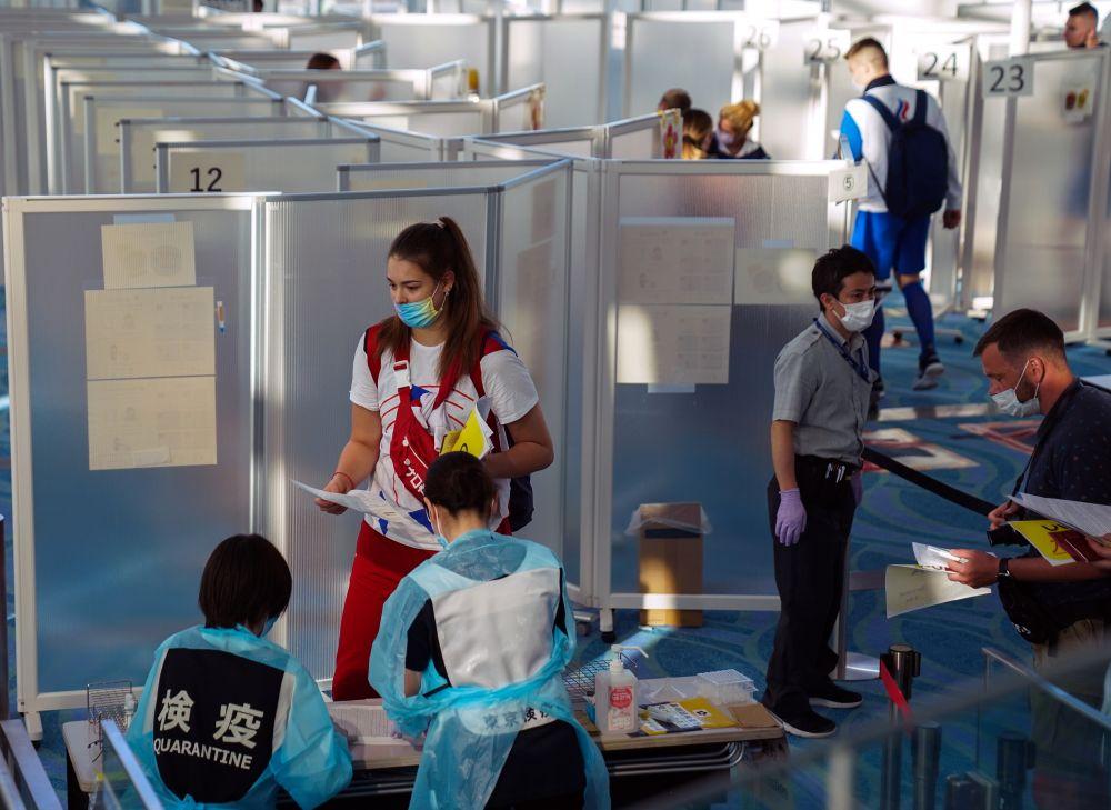 Члены олимпийской сборной России сдают тесты на COVID-19 в аэропорту Ханеда в Токио