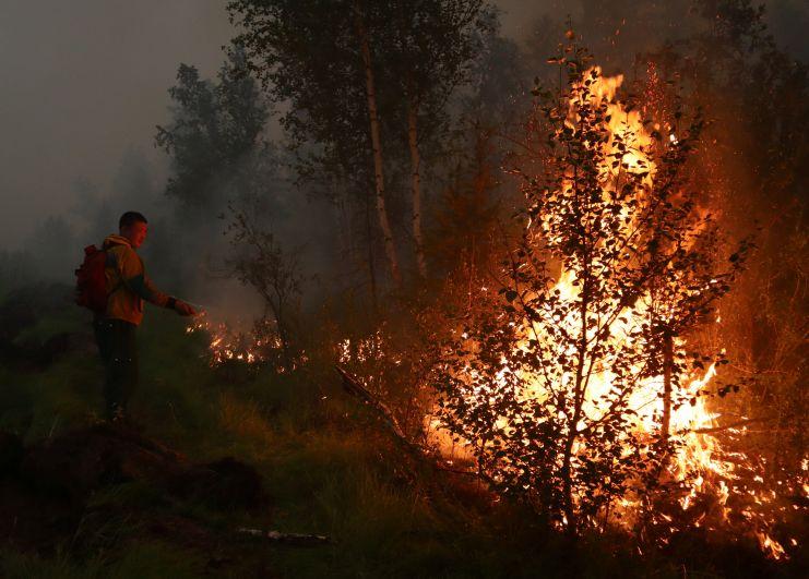 Пожарный во время тушения лесных пожаров в Якутии